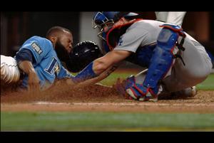 【スポーツナビMLB】<br /> 4回裏、レイズのマーゴは快足を飛ばして二盗を成功させ、送球ミスの間に三塁まで進塁した。しかし、更に試みた本盗はアウトの判定となった。