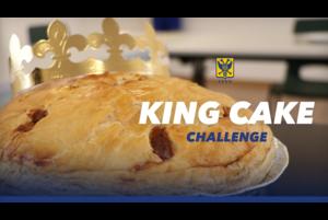 キングケーキの中にある小さなおもちゃを引き当てるのは?!<br /> <br /> 【キングケーキ(King cake)について】<br /> キングケーキ(King Cake)は、公現祭( Epiphany)*になると食べられる。ケーキには、小さなおもちゃ(trinket)が中に入っており、これが当たると、一日キングやクイーンに選ばれ、家族や友人に義務を課せられたりする。中に入っているおもちゃは赤子のイエス・キリストを象徴する赤ちゃんの形をしていることが多い。<br /> <br /> *西方教会(カトリック教会・聖公会・プロテスタント諸派)において、異邦への救い主(イエス・キリスト)の顕現を記念する祝日(1月6日)