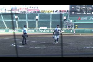【甲子園交流試合】日本航空石川 - 鶴岡東 5回表 鶴岡東・吉田 陸人の打席。二死一、三塁、投手のワイルドピッチにより一点返し、逆転。