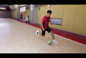 """現役の一流フットサル選手が""""実際に試合で使っている""""テクニックを伝授するこのシリーズ。第3回目の今回は何と!スペインリーグ1部の強豪・エルポソムルシアでプレーする現役日本代表ピヴォ・清水和也選手が登場!<br /> <br /> 22歳ですでに世界最高峰の舞台でプレーする清水選手が、左サイドでボールを持った際に使う実用的なフェイントです。相手が縦を切りに来たらぜひトライしてみましょう!"""