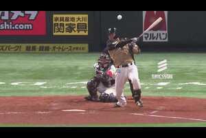 5回表 1アウトランナー2塁の場面。北海道日本ハム・郡拓也は福岡ソフトバンクの先発・和田毅が投じた内角のストレートに肘をたたんで振り抜いた!! 打球はレフトの前に落ちるタイムリーヒットとなり、チームに追加点をもたらした!! 2021/4/28 福岡ソフトバンクホークス 対 北海道日本ハムファイターズ