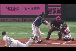 1回表 1アウトランナー1,3塁のチャンスの場面で、埼玉西武・栗山巧が福岡ソフトバンク・マルティネスの投げたストレートのボールを見事捉え、レフトへタイムリーヒットを放つ!! チームに勢いをつける一打となった!! 2021/5/8 福岡ソフトバンクホークス 対 埼玉西武ライオンズ
