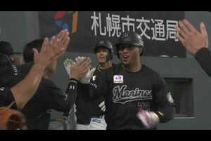 6回表 2アウトランナー1塁の場面。北海道日本ハムの3番手投手・福田俊の投じたストレートを千葉ロッテ・マーティンがフルスイング!! 鋭い打球はライトスタンドへ吸い込まれる2ランホームランとなった!! 千葉ロッテが2日連続となる2桁得点を記録した!! 2021/4/2 北海道日本ハムファイターズ 対 千葉ロッテマリーンズ