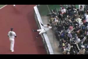 8回表 ノーアウトランナー1塁の場面。千葉ロッテ・中村奨吾が打ったファウルフライを埼玉西武・山野辺翔がネットに飛び込みながらも見事キャッチ! さらに捕ってから素早く起き上がり、1塁ランナーの進塁を正確な送球で阻止する! ビックプレーでダブルプレーをもぎ取り、今日は守備で魅せた! 2020/10/22 埼玉西武ライオンズ 対 千葉ロッテマリーンズ