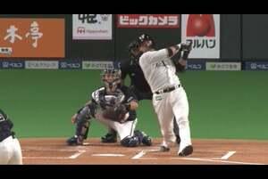 1回裏 1アウトランナー2,3塁の場面。北海道日本ハム・中田翔がオリックス・山岡泰輔の変化球を捉えると、打球はあわやホームランかというフェンス直撃の2点タイムリーヒットに! 4番の一振りで先制点をもぎ取った! 2020/10/30 北海道日本ハムファイターズ 対 オリックス・バファローズ