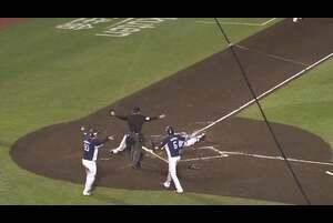 2回表 2アウトランナー1,2塁の場面。打席には埼玉西武・金子侑司を迎える。東北楽天の先発・塩見貴洋の変化球を弾き返すと、打球は一二塁間を破るタイムリーヒットになった! バッターランナーの金子侑司は本塁送球の間に2塁を狙い、挟殺プレーになるも埼玉西武・外崎修汰が隙をついて本塁へ向かい、ヘッドスライディングで見事生還! 埼玉西武はこの回一挙3得点で逆転に成功する! 2020/10/9 東北楽天ゴールデンイーグルス 対 埼玉西武ライオンズ