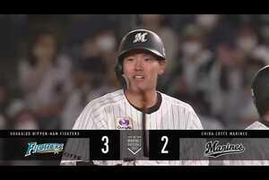3回裏 1アウトランナー1,2塁の場面。千葉ロッテ・安田尚憲が北海道日本ハムの先発・加藤貴之から打った当たりはボテボテのゴロかと思いきや、1塁ベースに直撃して大きく跳ねた!! その間に2塁ランナーが生還し、点差を「1」とした!! 何かを持っている4番の安田はこれで打点をリーグトップの「21」まで伸ばした!! 2021/4/20 千葉ロッテマリーンズ 対 北海道日本ハムファイターズ