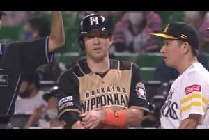 6回表 ノーアウトランナー2塁の場面。左打席に入った北海道日本ハム・杉谷拳士が低めの変化球を上手く捉え、左中間へヒットを放つ! 2塁ランナーが悠々生還し、1点差に迫るタイムリーヒットとなった! 2020/10/4 福岡ソフトバンクホークス 対 北海道日本ハムファイターズ
