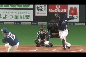 5回表 2アウトランナー3塁の場面。埼玉西武・メヒアは北海道日本ハムの先発・上沢直之の直球をセンター前へと運び、タイムリーヒットを放った! 3イニング連続の得点で、相手を突き放す! 2020/10/13 北海道日本ハムファイターズ 対 埼玉西武ライオンズ