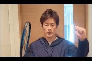 プロテニス選手の松井俊英選手が自宅で「ストレッチポールチャレンジ」に挑戦しています。