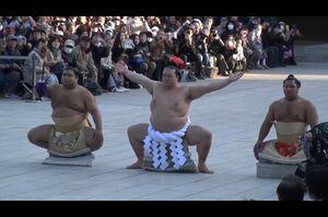 大相撲1月場所で優勝し、第72代横綱に昇進した稀勢の里が明治神宮で奉納土俵入りを行い、雲竜型の土俵入りを初披露した。