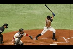 <4/28 ソフトバンク 3-4 日本ハム @PayPayドーム><br /> 連勝を狙う日本ハムは二回表、2死2塁で7番・大田泰示がソフトバンク先発・和田毅が投じた初球をライト前へ流し打ち! 先制のタイムリーヒットとなり、ルーキー伊藤大海に1点をプレゼントした。<br /> <br /> ベースボールLIVEではPayPayドームでのホークス主催ゲームを「マルチアングル」でお届けしています。いろんな角度から新たな視聴体験ができます!