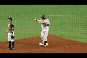 【ベースボールLIVE】デスパイネ三塁到達をねぎらう!?松田宣浩塁上パフォーマンス<4/27 ソフトバンク vs. 日本ハム>