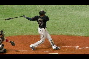 <8/27 ソフトバンク 4-2 オリックス @PayPayドーム><br /> MLBで通算282本塁打のオリックスの5番ジョーンズ。5回にソフトバンク先発・笠谷俊介から初球真ん中ナックルカーブを打ってレフト前ヒットを放った。7回にはセンターオーバーの二塁打と、この日2安打と調子が上がってきている。<br /> <br /> FR SQUAREでは「マルチアングル」「ぐるっとカメラ」で、いろんな角度からライブ視聴できます!