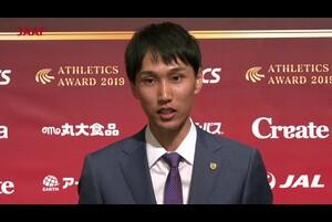2019年12月16日(月)日本陸連の年間表彰セレモニー「アスレティックス・アワード2019」を開催しました。<br /> <br /> 今年で13回目を迎えるセレモニーは、日本陸上競技選手権大会の優勝者の栄誉を称えるとともに、国内外の大会での活躍が顕著な競技者や陸上競技を通じて社会に貢献した競技者・関係者を表彰しました。<br /> <br /> 優秀選手賞を受賞した戸邉直人選手(JAL/2019IAAFワールドインドアツアー日本人初優勝 日本記録樹立 男子走高跳 2m35)です。<br /> <br /> ▼「日本陸連アスレティックス・アワード2019」を開催!各賞の受賞者&コメント<br /> https://www.jaaf.or.jp/news/article/13404/<br /> <br /> ▼日本陸連<br /> https://www.jaaf.or.jp/