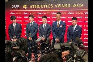 2019年12月16日(月)日本陸連の年間表彰セレモニー「アスレティックス・アワード2019」を開催しました。<br /> <br /> 今年で13回目を迎えるセレモニーは、日本陸上競技選手権大会の優勝者の栄誉を称えるとともに、国内外の大会での活躍が顕著な競技者や陸上競技を通じて社会に貢献した競技者・関係者を表彰しました。<br /> <br /> 優秀選手賞を受賞した男子4×100mリレー日本代表(ドーハ2019世界陸上競技選手権大会 アジア記録樹立 日本記録樹立 37秒43 銅メダル)です。<br /> ・多田修平(住友電工)<br /> ・白石黄良々(セレスポ)<br /> ・桐生祥秀(日本生命)<br /> ・サニブラウン アブデルハキーム(フロリダ大学)<br /> ・小池祐貴(住友電工)<br /> <br /> <br /> ▼「日本陸連アスレティックス・アワード2019」を開催!各賞の受賞者&コメント<br /> https://www.jaaf.or.jp/news/article/13404/<br /> <br /> ▼日本陸連<br /> https://www.jaaf.or.jp/