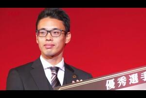 2019年12月16日(月)日本陸連の年間表彰セレモニー「アスレティックス・アワード2019」を開催しました。<br /> <br /> 今年で13回目を迎えるセレモニーは、日本陸上競技選手権大会の優勝者の栄誉を称えるとともに、国内外の大会での活躍が顕著な競技者や陸上競技を通じて社会に貢献した競技者・関係者を表彰しました。<br /> <br /> 優秀選手賞を受賞した山西利和選手(愛知製鋼/ドーハ2019世界陸上競技選手権大会 男子20km競歩 金メダル)です。<br /> <br /> <br /> ▼「日本陸連アスレティックス・アワード2019」を開催!各賞の受賞者&コメント<br /> https://www.jaaf.or.jp/news/article/13404/<br /> <br /> ▼日本陸連<br /> https://www.jaaf.or.jp/