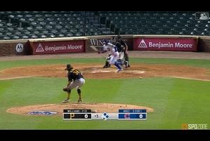 【SPOZONE MLB】3回裏、バイエズは見事なセーフティバントで相手投手のエラーを誘い、チームに先制点をもたらした。