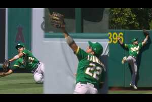 【SPOZONE MLB】<br /> 日本時間13日エンゼルスの本拠地で行われたアスレチックス戦で、アスレチックスのセンター ラモン・ラウレアーノが1試合で3つのファインプレーを披露。試合は8-4でアスレチックスが勝利。