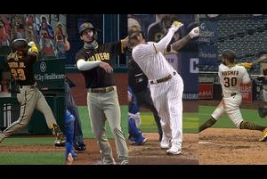 【SPOZONE MLB】<br /> 日本時間21日パドレスの本拠地で行われたレンジャーズ戦の5回裏ホズマーが満塁本塁打を放ち、メジャー新記録となるチーム4試合連続満塁本塁打をマーク。<br /> 日本時間18日からのレンジャーズとの4連戦で初日にタティスJr、19日にマイヤーズ、20日はマチャドが満塁弾を放っていた。