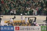 明治安田生命J2リーグ第9節、ヴァンフォーレ甲府対松本山雅FCのハイライト。<br /> <br /> 3年ぶりの開催となった「甲信ダービー」。負ければ一気に順位を落とす可能性がある甲府だが、試合は序盤から松本のカウンターに脅かされる展開に。<br /> <br /> そして先制点はアウェイの松本に生まれる。前半41分、岩上祐三のクロスがチャンスを生み、最後はセルジーニョがゴールに叩き込んだ。<br /> <br /> 後半は甲府が押し込むシーンが増えるが、松本の守備を崩すことができない。結局試合はセルジーニョのゴールが決勝点となり、松本がダービーマッチを制した。<br /> <br /> 試合詳細:https://soccer.yahoo.co.jp/jleague/game/2018041406