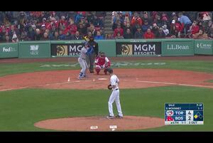 【スポーツナビMLB】4/10(日本時間)レッドソックスの本拠地で行われたブルージェイズ戦4回表、二死三塁でブルージェイズのグリエルJr.がホームスチールを狙う。しかしレッドソックスのセールが投げたボールは大暴投…