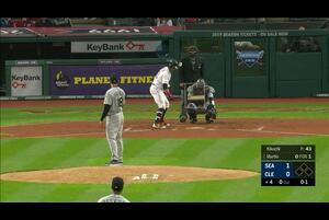 【スポーツナビMLB】5/4(日本時間)インディアンスの本拠地で行われているマリナーズ戦で先発している菊池雄星は、4回裏先頭打者のマルティンに二塁打、ラミレスに左安打を許し無死一、三塁のピンチを迎える。後続のサンタナを併殺で打ち取るもその間にマルティンが生還し同点へ。