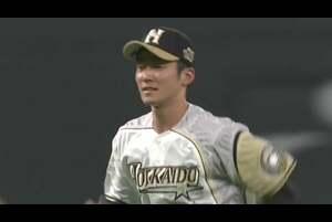 1回表 2アウトランナー1塁の場面。北海道日本ハムのショート・石井一成が埼玉西武・山川穂高の放った打球を横っ飛びでキャッチ! 体勢を崩しながらもすぐさま2塁へ送球し、アウトを奪った! 見事ピンチの芽を摘んだ! 2020/8/7 北海道日本ハムファイターズ 対 埼玉西武ライオンズ