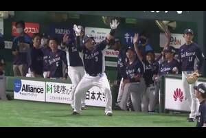 3回表 1アウトランナー1塁の場面。埼玉西武・山川穂高は福岡ソフトバンク・千賀滉大に2球で2ストライクと追い込まれながら3球目の高めに浮いた変化球を振り抜くと、打球は左中間ホームランテラスに飛び込む2ランホームランに! リーグトップタイに並ぶ第11号アーチで、先発・今井達也を援護する! 2020/7/28 福岡ソフトバンクホークス 対 埼玉西武ライオンズ