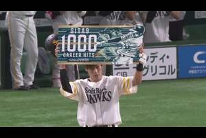 3回裏 福岡ソフトバンク・柳田悠岐が埼玉西武・今井達也の直球を豪快に振り抜いた当たりは、ライトフェンス直撃のヒットに! プロ10年目での通算1000安打達成となった!