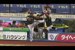 2回表 1アウトランナー無しの場面。 福岡ソフトバンク・デスパイネが千葉ロッテ・二木康太の直球を捉えると、打球は左中間スタンドへ飛び込む先制のホームランとなった! さすがの破壊力を見せつけ、連敗中の福岡ソフトバンクが先制点をあげた! 2020/9/25 千葉ロッテマリーンズ 対 福岡ソフトバンクホークス