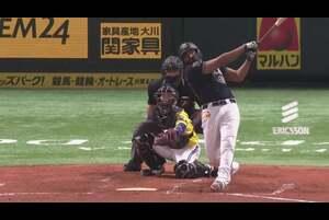 4回表 1アウトランナーなしの場面。 オリックス・ロドリゲスが福岡ソフトバンク・和田毅の投じたど真ん中への変化球を弾き返すと、打球はレフトスタンドへ飛び込むソロホームランに! 同点の一発でチームに流れを持ってこれるか! 2020/9/24 福岡ソフトバンクホークス 対 オリックス・バファローズ