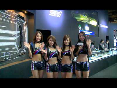 東京オートサロン スバルブースをキャンギャルが紹介