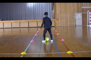 【サッカー練習メニュー】サッカーが上手くなるフットサル ドリブルストップ「ボールタッチ横」