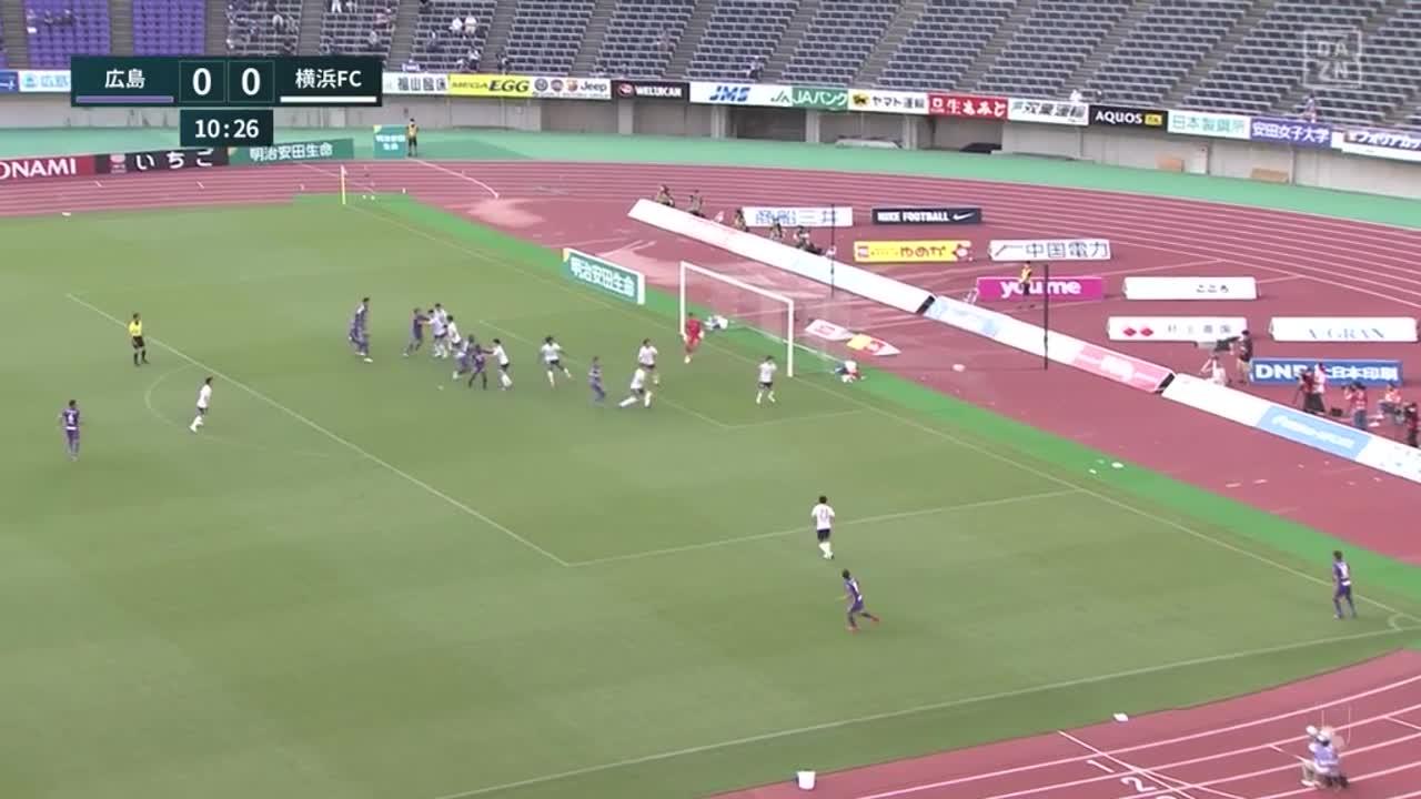 横浜FC、前線に抜け出した小川慶治朗が相手を振り切ってゴールに流し込み先制!【第22節】広島 vs 横浜FC