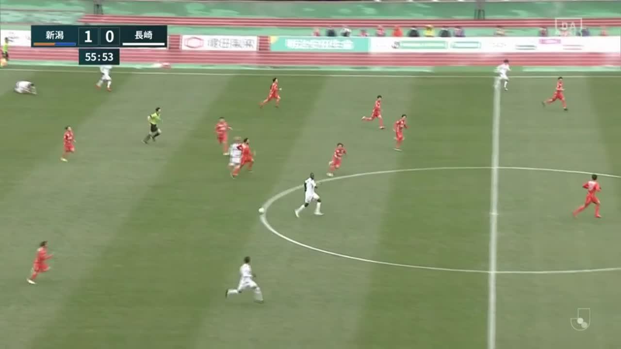 新潟、本間至恩が2枚目のイエローカードで退場【第2節】新潟 vs 長崎