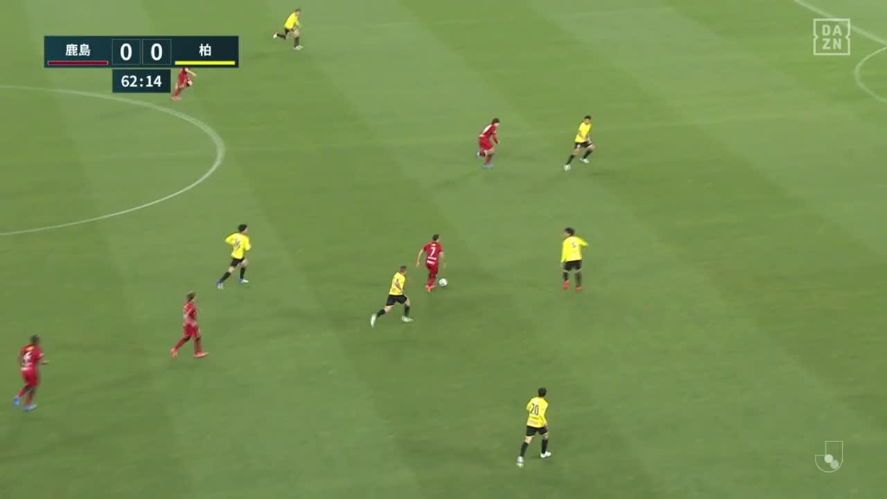 鹿島、ファン アラーノのスルーパスに反応した上田綺世が右足で流し込み先制!【第8節】鹿島 vs 柏