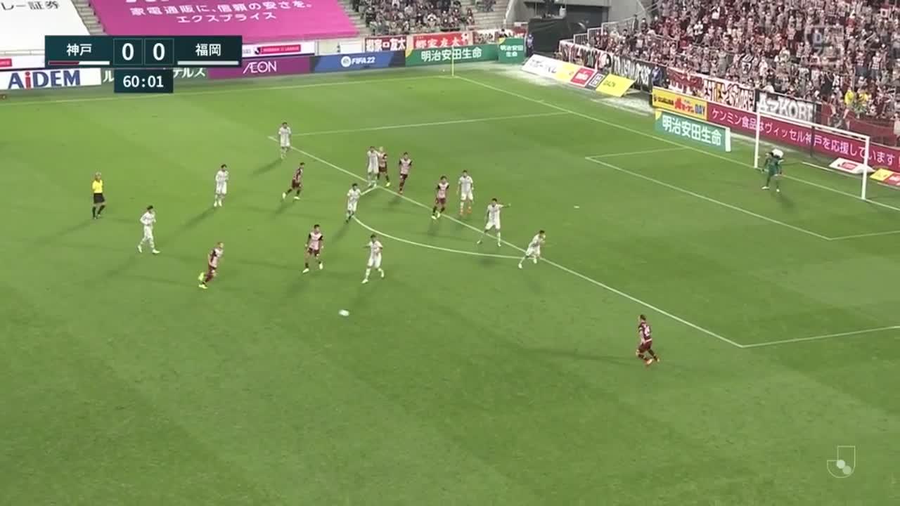 神戸、クロスに反応したイニエスタのダイレクトシュートは惜しくも左枠の外へ【第32節】神戸 vs 福岡