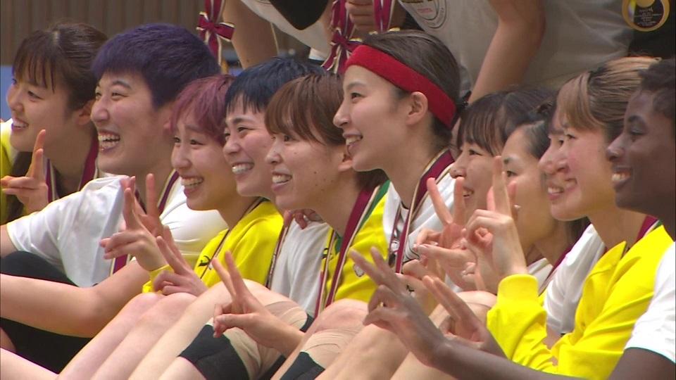 【笑顔でシーズンを終了】ファイナルで戦った2チーム選手の記念撮影(第22回Wリーグ プレーオフ表彰式)