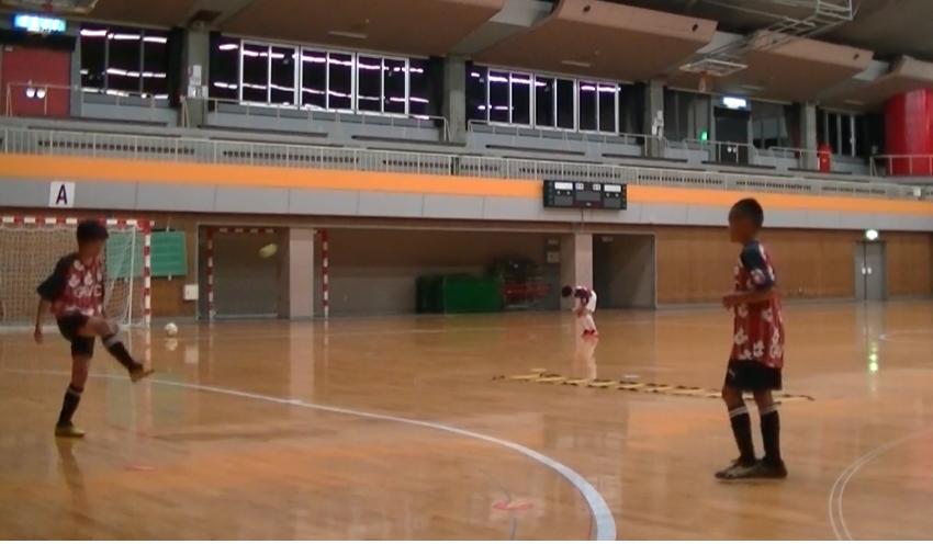 【サッカー練習メニュー】サッカーが上手くなるフットサル 「ワンバウンドリフティング」2人組TRボール